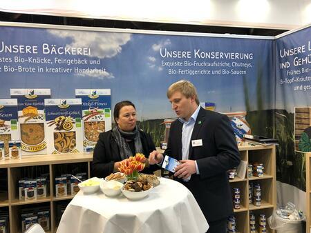 NRW Ministerin besucht Kiebitzhof Stand auf der BIOFACH in Nürnberg