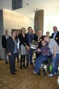 <p>Christina Kampmann (MdB) (2. von links) und Stefan Schwartze (MdB) (3. von links) nehmen die Unterschriften vom Werkstattrat von wertkreis Gütersloh im Bundestag entgegen.</p>