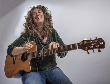 """06. Mai: """"Jimmy Hendrix der akustischen Gitarre"""" spielt im wertkreis-Laden –       2. tiny shop conert mit der US- Musikerin Vicki Genfan"""